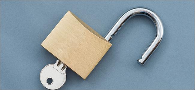Un cadenas ouvert avec une clé insérée.