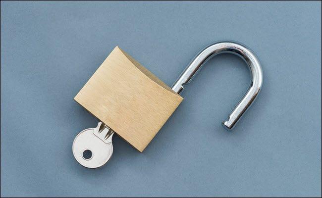 Un cadenas ouvert avec clé insérée.