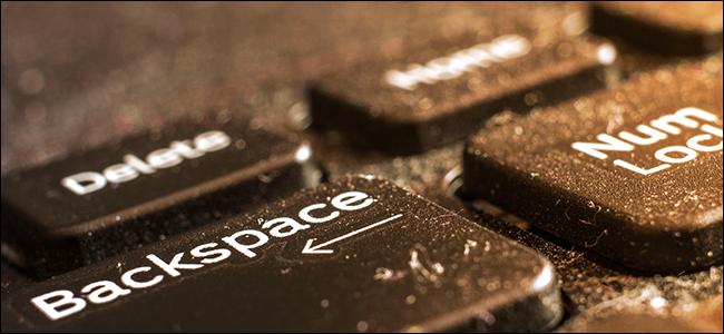 Un clavier d'ordinateur portable sale et poussiéreux.