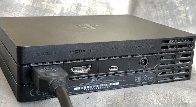 Câble HDMI inséré dans le port TV HDMI du processeur.