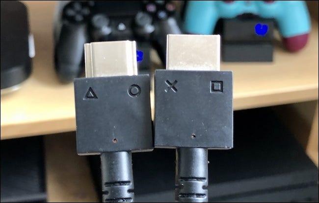 Les deux câbles du casque PSVR.