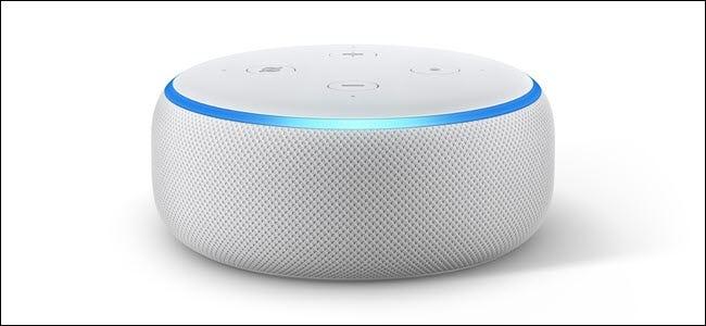 Amazon Echo dot 3 avec l'anneau LED bleu clair allumé.