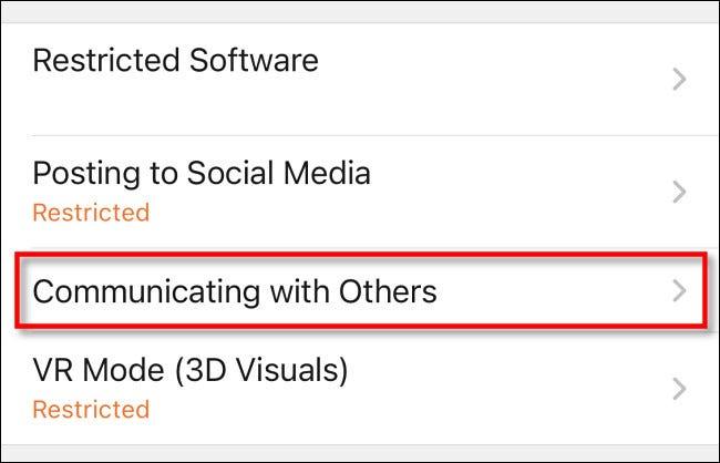 """Dans la liste des restrictions de l'application de contrôle parental Nintendo Switch, appuyez sur """"Communiquer avec les autres."""""""