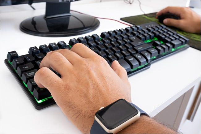 Un joueur sur PC utilisant la disposition du clavier WASD et une souris pour jouer.