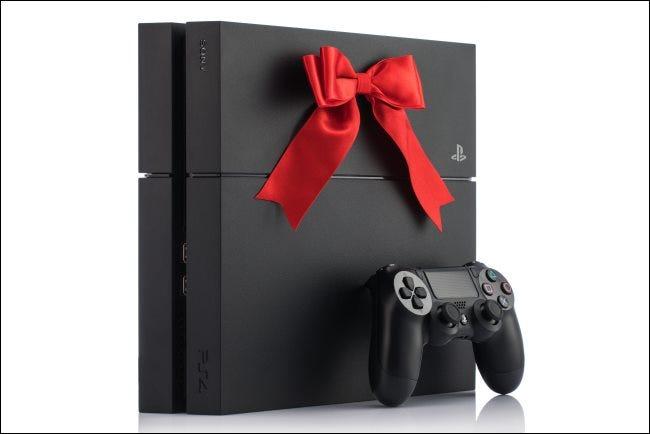 Une console PlayStation 4 avec un arc dessus.