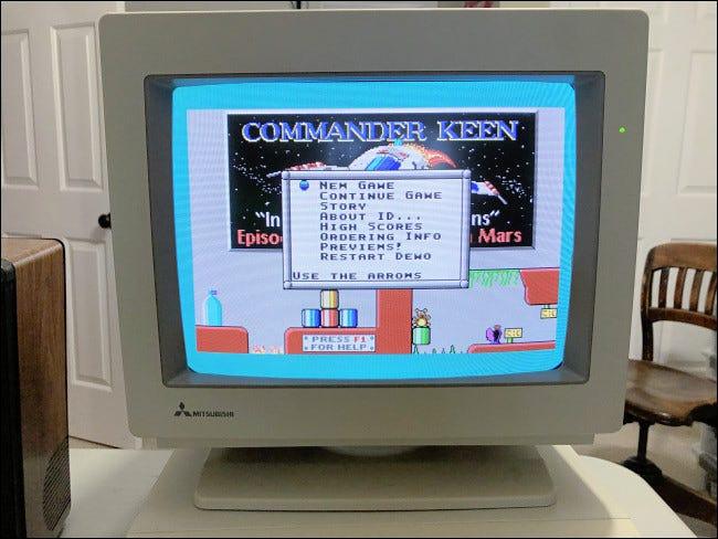 """Un menu en """"Commandant Keen"""" sur un vieux moniteur de PC."""