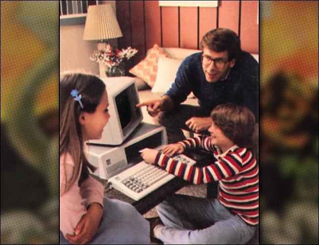Une famille avec un PC IBM comme on le voit dans une image promotionnelle IBM de 1981.