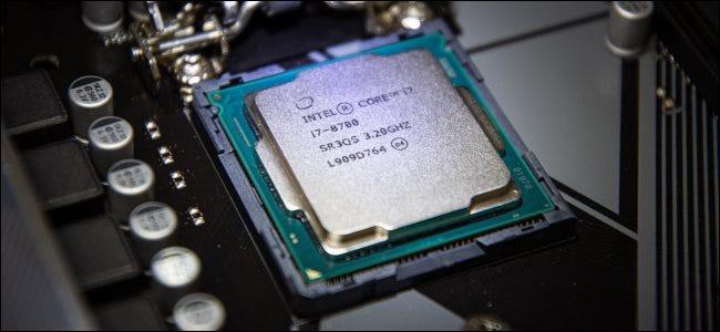 Un processeur Intel dans un socket de carte mère.