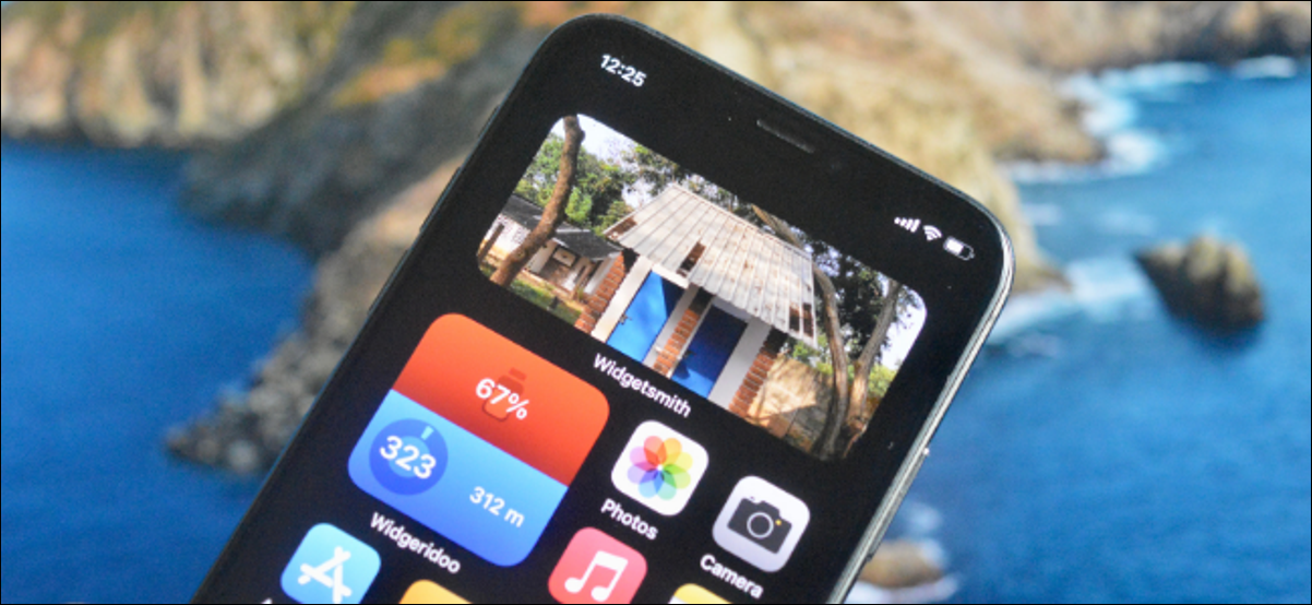 Utilisateur iPhone ajoutant un widget photo à l'écran d'accueil