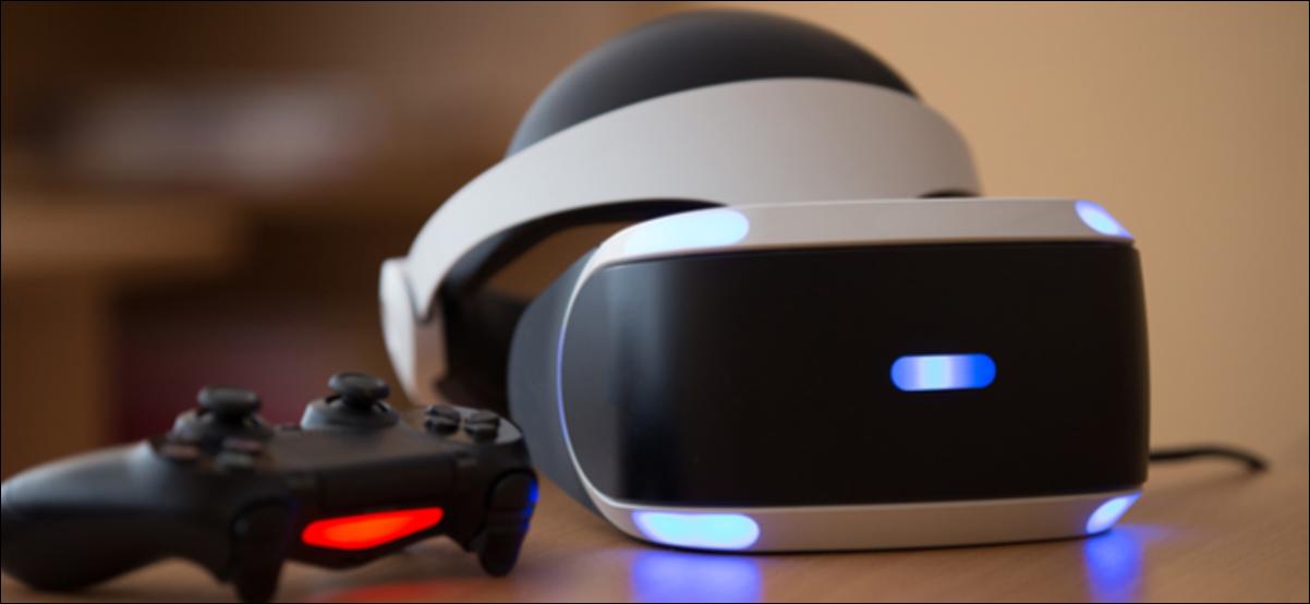 Casque PlayStation VR, console PlayStation 4 et manette assis sur une table.
