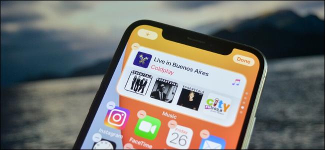 Une pile de widgets sur l'écran d'accueil d'un iPhone.