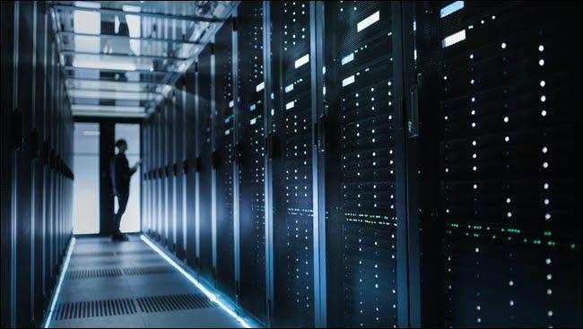 Un homme debout dans un centre de données.
