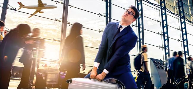 Un homme portant un sac lourd dans un aéroport