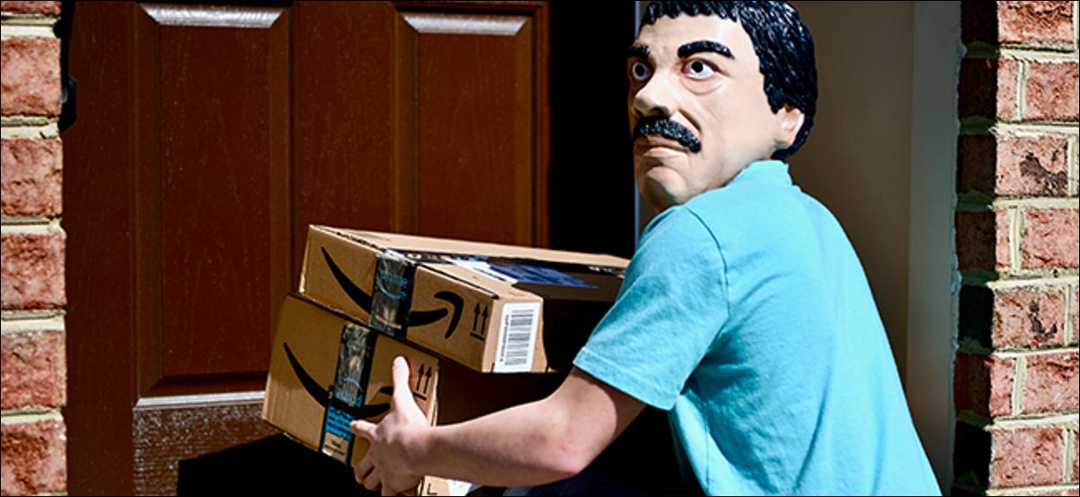 Un étrange homme masqué volant des colis dans une maison sans méfiance.