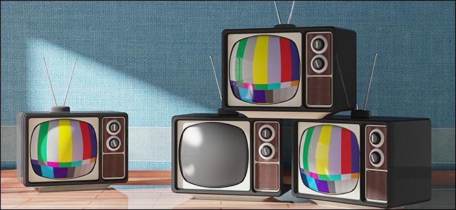Un tas de vieux téléviseurs à antenne sur les chaînes de test.