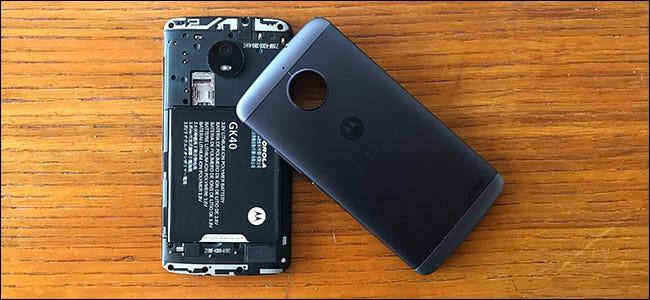 Un téléphone Android dont le couvercle de la batterie a été retiré.