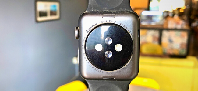 L'arrière de l'Apple Watch Series 3 montrant des détails sur la montre