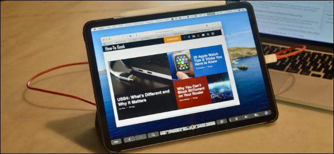 Un iPad Pro connecté à un MacBook en tant qu'écran secondaire.