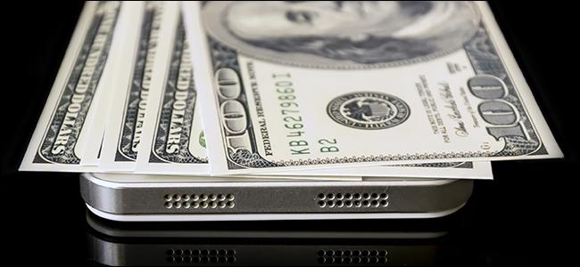 Billets de cent dollars reposant sur un iPhone