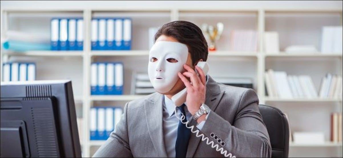 Homme d'affaires portant un masque dans un bureau