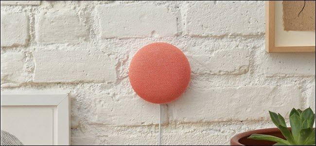Un Nest Mini rouge accroché directement sur un mur.
