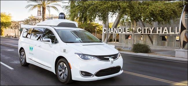 Une voiture autonome waymo blanc à l'extérieur de l'hôtel de ville de Chandler