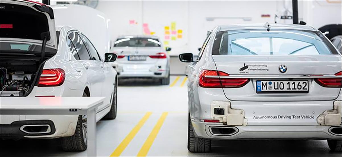 Trois voitures BMW autonomes dans une usine