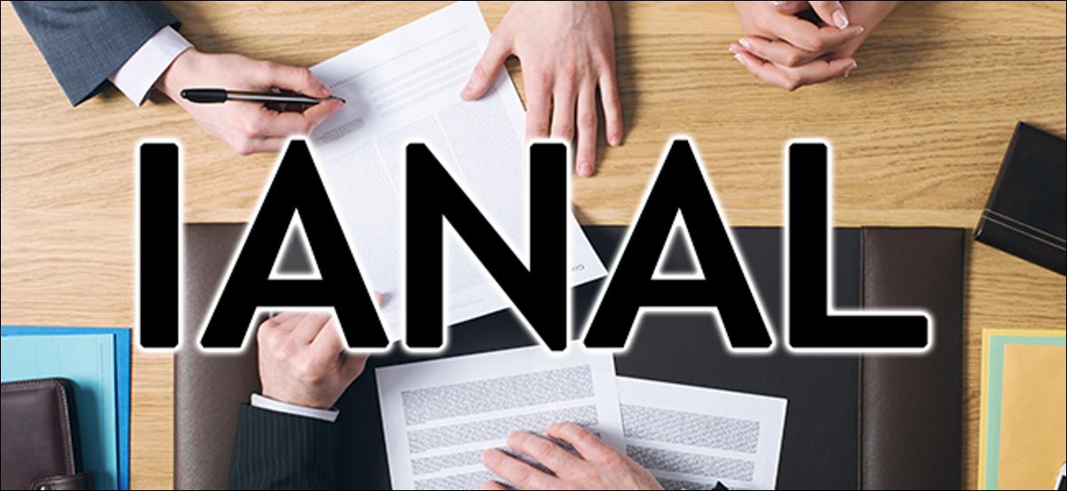 Un groupe de personnes à une table avec le mot IANAL superposé sur leurs mains.