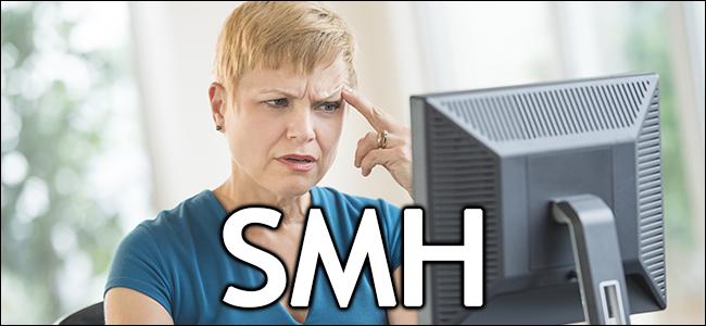 Une femme a l'air confuse devant son ordinateur.