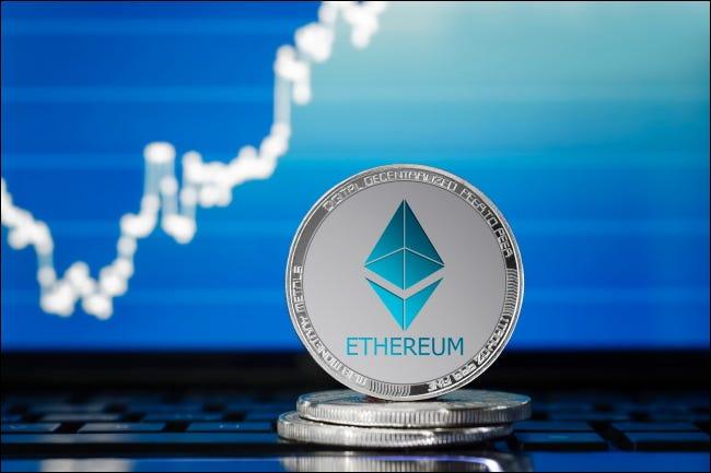 Une pièce d'argent Ethereum.