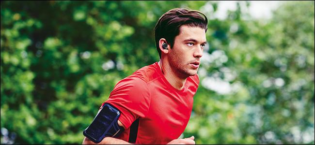 Homme qui court avec des écouteurs Bluetooth.